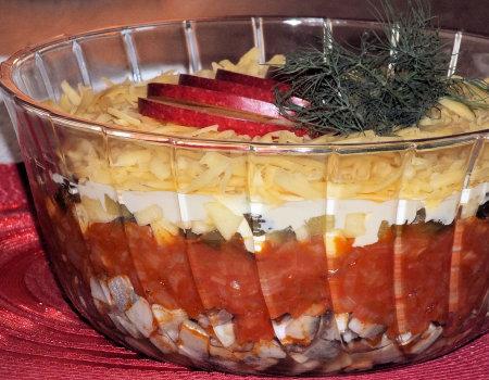 Sałatka śledziowo-pomidorowa pod serową pierzynką