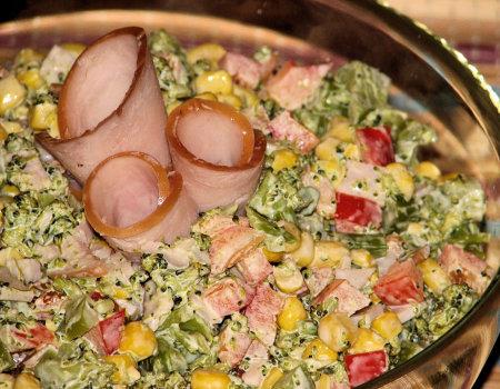 Sałatka z brokułem i szyneczką