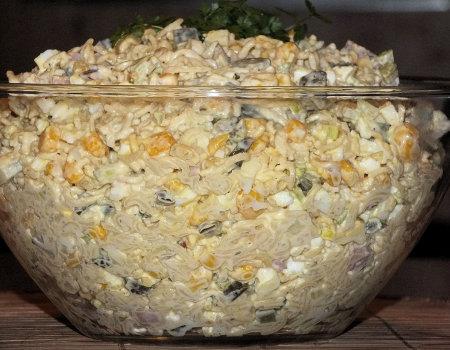 Sałatka z makaronem z zupek chińskich i kiełbaską