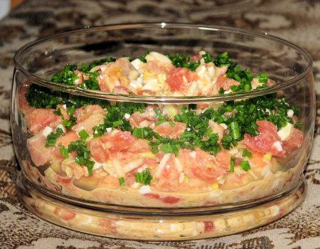 Sałatka z wędzonym łososiem i pomidorami
