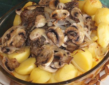Schab z kością pieczony razem z ziemiankami i pieczarkami