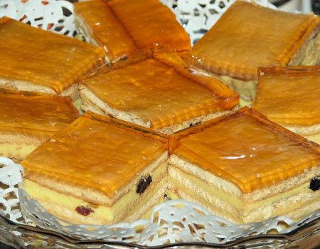 Sernik gotowany przekładany herbatnikami