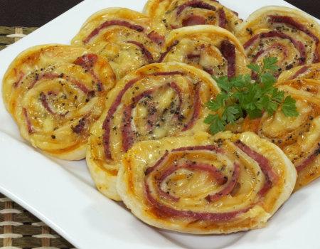 Ślimaczki z ciasta francuskiego z żółtym serem i szynką