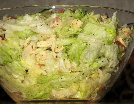 Smaczna sałatka z zieloną sałatą i kurczakiem dla diabetyków