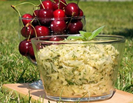 Surówka z kapusty kiszonej i jabłka