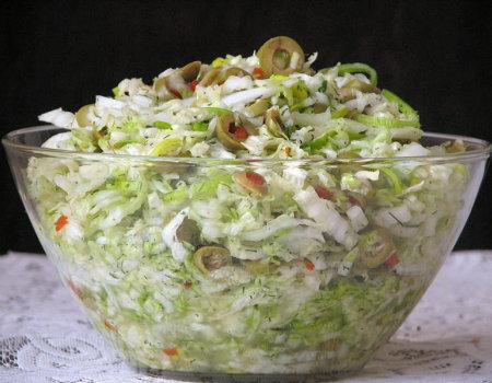 Surówka z kapusty pekińskiej i zielonych oliwek