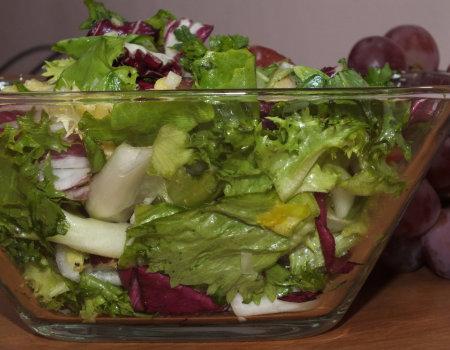 Surówka z kolorowej sałaty i owoców