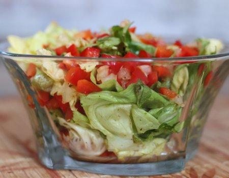 Surówka z sałaty, papryki i cebuli