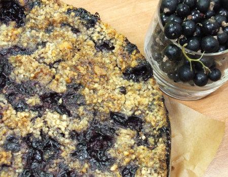 Sypane orzechowe ciasto z czarną porzeczką