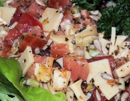 Szybka sałatka serowa z łososiem