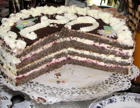 Tort makowy z kremem śmietankowym i dżemem wiśniowym