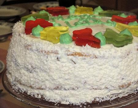 Tort śmietankowy z kolorowymi galaretkami