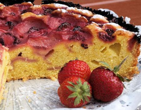 Ucierane ciasto z owocami lata - truskawkami