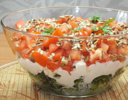 Warstwowa sałatka z brokułem i pomidorem