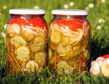Warstwowa sałatka z ogórków i pomidorów