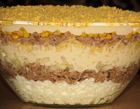 Warstwowa sałatka z tuńczyka i kukurydzy