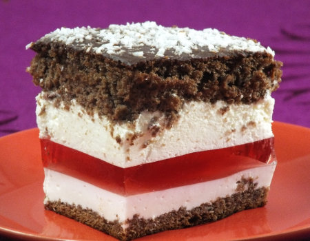 Warstwowe ciasto z galaretką, jogurtem i śmietanką