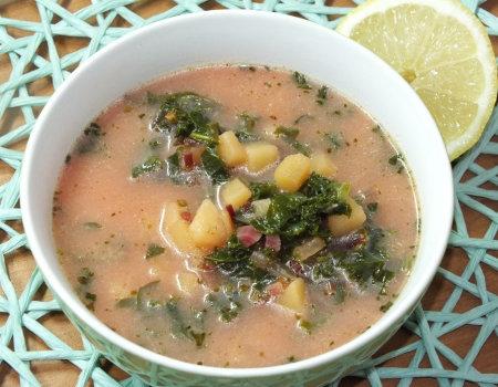 Wegetariańska zupa z botwinką i jarmużem