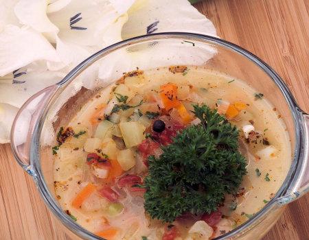 Wegetariańska zupa z cukinią na kolorowo