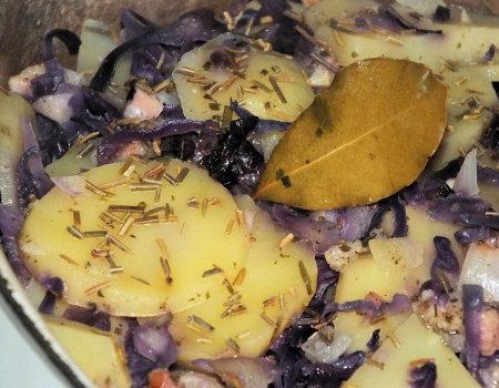 Zapiekanka ziemniaczana z czerwoną kapustą