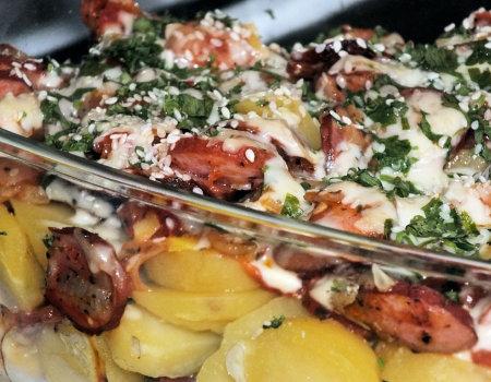 Zapiekanka ziemniaczana z pomidorami i kiełbasą