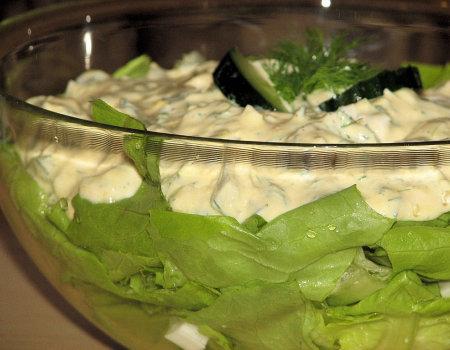 Zielona sałata w towarzystwie jajek