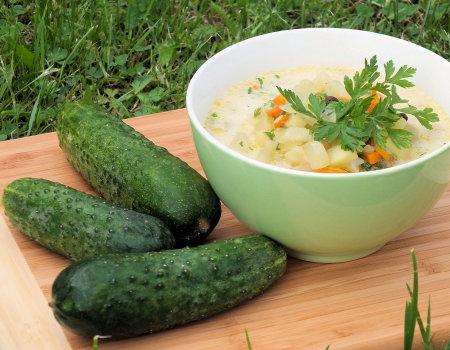 Zupa jarzynowa ze świeżymi ogórkami