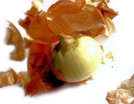 Aby nie płakać przy siekaniu cebuli, należy...