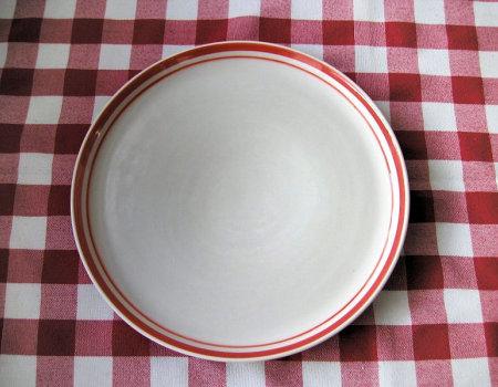 Aby skutecznie pozbyć się intensywnego zapachu śledzi z talerzy...