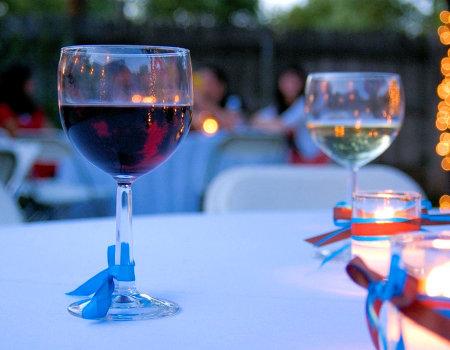 Białe wino na plamę z czerwonego wina