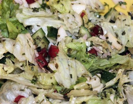 Błyskawiczna surówka z zielonej sałaty i jabłek