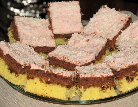 Ciasto biszkoptowe z masą krówkową i pianką