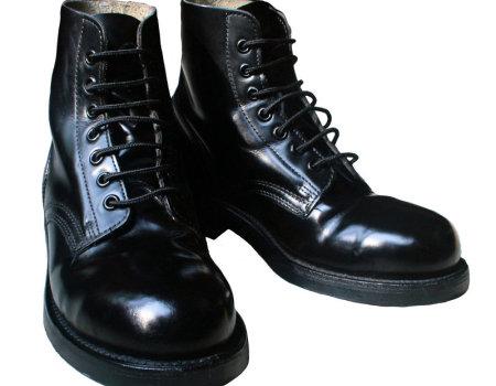 Czym można usunąć plamy z pasty do butów?