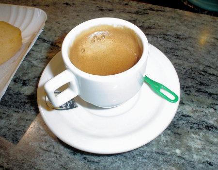 Czym usunąć osad po kawie lub herbacie?