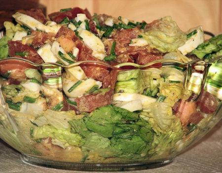 Delikatna sałatka z zielonej sałaty i jajek