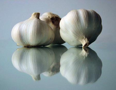 Intensywny zapach czosnku w potrawie złagodzi...