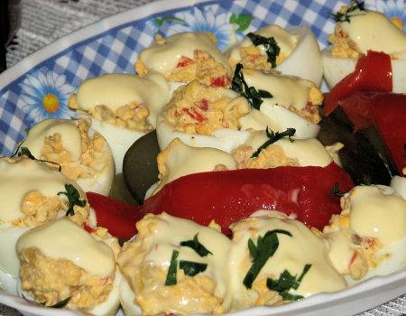 Jajka faszerowane konserwową papryką i kiszonymi ogórkami