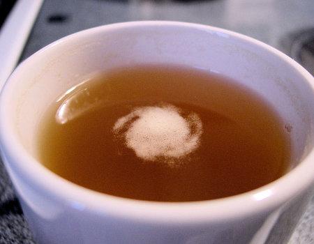 Jak usunąć plamę z herbaty na bluzce?