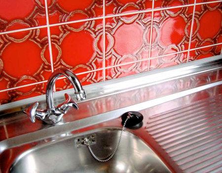 Jak usunąć zacieki z wody w zlewozmywaku ze stali nierdzewnej?