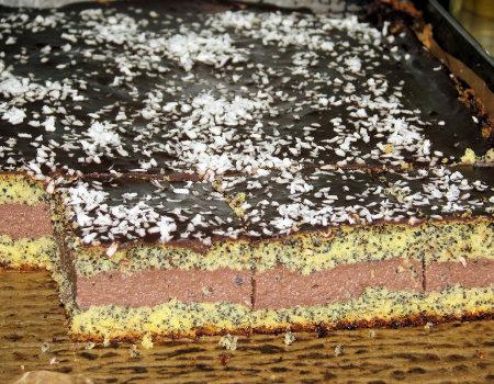 Makowy biszkopt przekładany czekoladową masą z kaszą manną