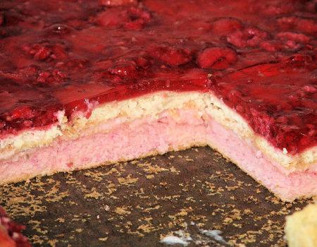 Malinowe ciasto z herbatnikami i galaretką