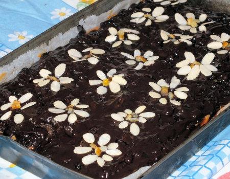 Mazurek na kruchym spodzie z bakaliami i czekoladą