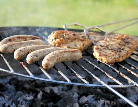 Przed grillowaniem ruszt grilla powinno się posmarować olejem jadalnym...