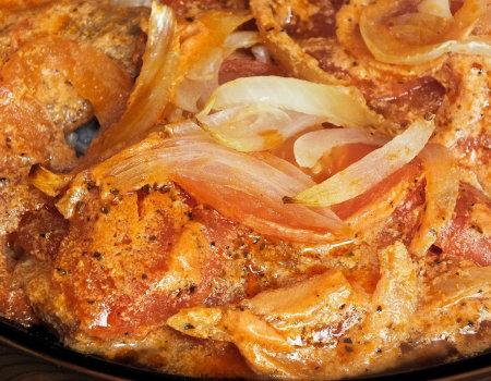 Ryba zapiekana z pomidorami i cebulą