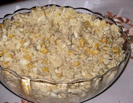 Sałatka ryżowa z ananasem i tuńczykiem