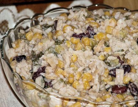 Sałatka ryżowa z konserwowymi pieczarkami
