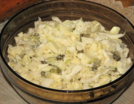 Surówka z kapusty pekińskiej, kiszonych ogórków i jabłek