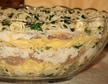 Warstwowa sałatka z makaronem chińskim i tuńczykiem