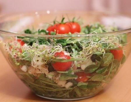 Zielona sałatka z łososiem i mozzarellą