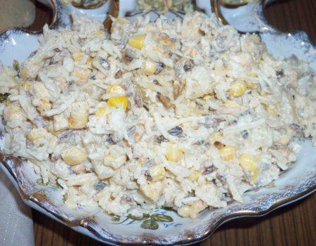 Sałatka z kurczakiem, ryżem i słonecznikiem